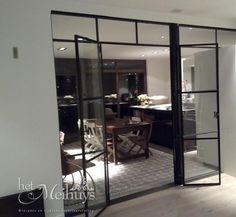 Wanden, gevels en deuren van glas en staal.   Transparant dubbele deur in wand. Door Di-