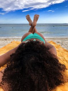 Curly on the beach 🏝, Beach Outfits, Relax in the beach. Beach Photography Poses, Beach Poses, Vrod Harley, Beautiful Beach Pictures, Curly Hair Styles, Natural Hair Styles, Cool Poses, Holiday Pictures, Foto Art