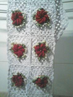Caminho de mesa com flores e folhas de croche