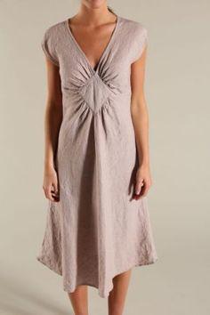 Enkel och vackert skuren klänning från Nygårdsanna.