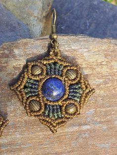 *Mandalaohrhänger mit Lapislazuli!*  Der azurblaue Lapislazuli wird eingerahmt von hell- und dunkelblauem Garn. Bronzeperlen bilden schöne Akzente.  Der Lapislazuli gilt als der Stein der...