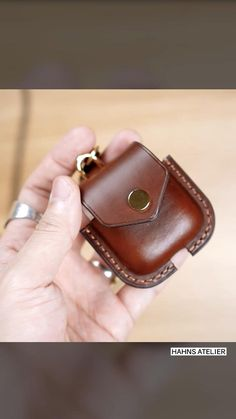 Leather Bag Tutorial, Leather Wallet Pattern, Leather Card Wallet, Leather Keychain, Leather Diy Crafts, Leather Bags Handmade, Leather Projects, Leather Art, Sewing Leather