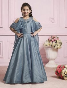 Designer Gowns for Girls. Buy online children's gowns dresses & frocks at best price for 1 to 16 years girls. Shop girls designer gowns for Wedding, Birthday, Party & Festival wear. Gown Designer, Designer Anarkali, Designer Wear, Designer Dresses, Little Girl Gowns, Gowns For Girls, Girls Dresses, Anarkali Gown, Lehenga