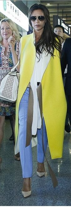 Hate It or Love It? Victoria Beckham's Sleeveless Yellow Trench Coat [Photos] Beauty And Fashion, Fashion Looks, Womens Fashion, Ärmelloser Mantel, Yellow Trench Coat, Sleeveless Coat, Look 2018, Victoria Beckham Style, Mellow Yellow