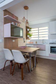 Apartamento pequeno decorado com cozinha integrada com sala de jantar Projeto de Márcia Addor Loft Kitchen, Kitchen Interior, Dining Room Design, Kitchen Design, Dining Furniture, Home Furniture, Trendy Home, Home Office Design, Dream Decor