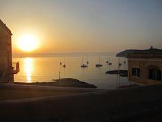 Agosto 2013. il #sole sorge e illumina l'entrata del porto romano e le #barche che ancorate in rada hanno passato la notte fra l'isola di #Ventotene e quella di Santo Stefano. #estate