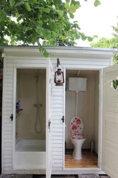 Where's the sink for washing hands? Outside Toilet, Outdoor Toilet, Outdoor Baths, Outdoor Bathrooms, Outdoor Pool, Outhouse Bathroom, Outhouse Decor, Outdoor Shower Enclosure, Ideas Baños