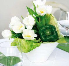 Poivron vert et fleurs blanches