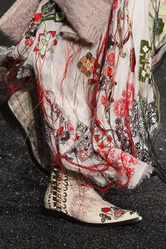Alexander McQueen Fall 2017 Ready-to-Wear Fashion Show Details almost at the level of every other season . anyway much better than nowadays Valentino!