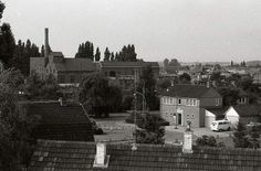 Politieburo en oude melkfabriek op de achtergrond