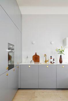 Eleganta och personliga kök, garderober och sideboards byggda på IKEA-stommar. #kitchen #storage #wardrobe #sideboard #storagesolution #kitchendesign #interior #scandinaviandesign #kitchenideas #ikeametod #ikeapax #scandinaviandesign #homedecorideas #wardrobedesign #kök Kitchen Interior, Kitchen Decor, Appartement Design, Ikea Cabinets, Cuisines Design, Open Plan Kitchen, Luxury Home Decor, Küchen Design, Home Kitchens