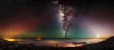 """Was dem US-Amerikaner Shane Black jetzt gelang, ist wohl einzigartig. Er machte zwar """"nur"""" ein Selfie, doch bei Weitem nicht irgendeines. Der Fotograf steht darauf direkt am Kraterrand des aktiven Vulkans Mauna Kea auf Hawaii, während am Himmel über ihm ein wahrhaft magisches Panorama prangt: Millionen von Sternen, die Milchstraße und sogar der Mond."""