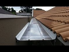 Guttering to assist water outflow Gutter Screens, Roof Truss Design, Roof Flashing, Butterfly Roof, 2 Bedroom House Plans, Roof Trusses, Roof Detail, Metal Buildings, Flat Roof