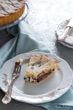 La crostata ricotta e cioccolato ha un gusto spettacolare, un guscio di frolla friabile racchiude una crema di ricotta impreziosita da gocce di cioccolato.
