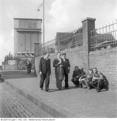 Mijnwerkers verlaten na werktijd Staatsmijn Emma, Hoensbroek (1955)