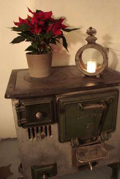 Sisustus - 10335 - Maalaisromanttinen - sisustus.etuovi.com Winter Time, Country Decor, Fireplaces, My House, Red And White, Christmas Decorations, Home Appliances, Cabin, Strawberries