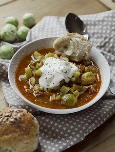 popularne danie szwedzkiej kuchni. Szwedzka zupa z mielonym mięsem...zupy, mielona z brukselką, pieczonymi ziemniakami i crème fraîche...szwedzka grochówka