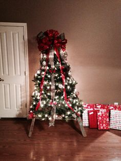 Ladder Christmas Tree Ladder Christmas Tree, How To Make Christmas Tree, Cool Christmas Trees, Christmas Scenes, Xmas Tree, Christmas Stockings, Christmas Crafts, Christmas Decorations, Holiday Decor