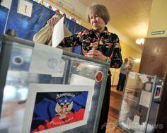 ウクライナ・ドネツク(Donetsk)で、親ロシア派が強行した独立の是非を問う住民投票の投票をする女性(2014年5月11日撮影)。(c)AFP/GENYA SAVILOV ▼11May2014AFP|親ロシア派が住民投票を強行、ウクライナ東部2州 http://www.afpbb.com/articles/-/3014629 #eastern_Ukraine #Donetsk