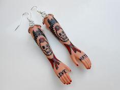 """Boucles d'oreilles """"Tattoo Lady"""" tête de mort en métal argenté : Boucles d'oreille par jennifleur"""