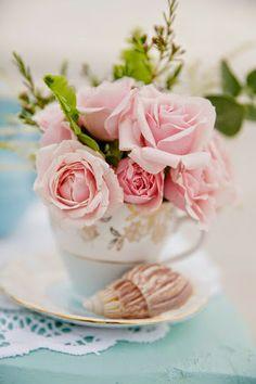 Roses in a teacup Arranjos florais em xícaras - Blog Pitacos e Achados - Acesse: https://pitacoseachados.wordpress.com - https://www.facebook.com/pitacoseachados - #pitacoseachados