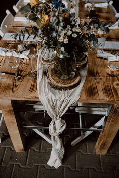 Hübsche Hochzeitsdekoidee: Bunte Wiesenblumen in unterschiedlichen Vasen stehen auf Baumscheiben in der Mitte der Tische, darunter ein cremefarbener Tischläufer, der am Ende lässig geknotet wird I Hochzeitsfoto Tischdeko I Foto: Sven Hebbinghaus, Hochzeitsfotograf Köln I #hochzeitsfotografiedeko #tischdekohochzeit #hochzeitsdekowiesenblumen #hochzeitsfotoidee #dekoideehochzeit Chic Wedding, Bunt, Boho Chic, Table Settings, Table Decorations, Home Decor, Meadow Flowers, Wedding Photography, Wedding Ideas