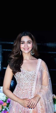 In just a few years, Alia Bhatt has earned great success and made established herself in cinema. Beautiful Bollywood Actress, Beautiful Indian Actress, Indian Celebrities, Bollywood Celebrities, Alia Bhatt Photoshoot, Aalia Bhatt, Alia Bhatt Cute, Alia And Varun, Saree Wedding