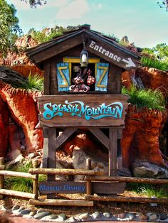 Splash Mountain is an outstanding classic attraction at Disneyland and Walt Disney world! Disneyland Rides, Disneyland World, Disney World Rides, Disneyland California, Walt Disney World, Disney Theme, Disney Fun, Disney Parks, Disney Pixar