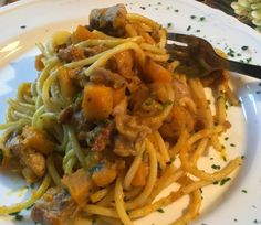 Gli Spaghetti all'Abruzzese sono un primo piatto molto semplice e dal gusto deciso. Si preparano con pancetta, cipolle ed aglio sminuzzato che verran...
