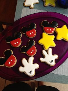Mickey Mouse royal icing sugar cookies-love the white gloves! Fancy Cookies, Iced Cookies, Cute Cookies, Cupcake Cookies, Cookie Cakes, Fiesta Mickey Mouse, Mickey Mouse Cake, Minnie Mouse, Mickey Mouse Clubhouse Birthday