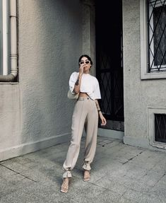 Fashion Dresses Cute beige pants with simple white tee. Stylish Summer Outfits, Casual Summer Outfits For Women, Casual Chic Summer, Summer Fashion Outfits, Trendy Outfits, Outfit Summer, Style Summer, Fashion Dresses, 20s Fashion