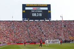 Check out these pictures of 100,000 people watching United - largest crowd in history so USA soccer attendance   #MUFC #Quiz
