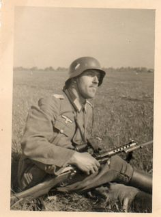 A German soldier with an MP18 machine pistol