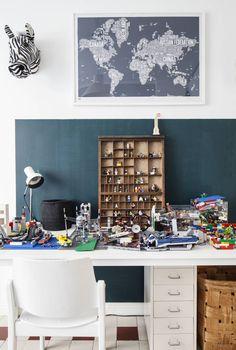 Juliuksen huoneen suurella työpöydällä on hyvä rakentaa legoja. Seepran pää ja maailmankarttaprintti ovat Olkkarista. Vanhan lokerikon Julius on saanut mummiltaan.