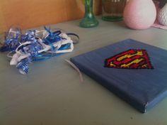 Poppy makes… an embroidery on canvas with the logo of Superman for father´s day. Go to my blog: poppymaakt.blogspot.nl and see how you can make this! Let me know how yours turned out on Instagram or Twitter use #poppymaakt. Have fun! Poppy maakt… een borduurwerk op canvas gemaakt met een Superman logo voor Vaderdag. Ga naar mijn blog: poppymaakt.blogspot.nl en kijk hoe je dit maakt. Laat mij weten hoe die van jouw is geworden op Instagram of Twitter gebruik #poppymaakt. Veel plezier!