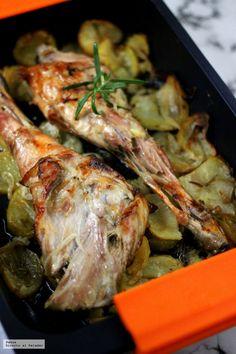 Paletilla y pierna de cabrito asadas con patatas panaderas. Receta de cocina fácil