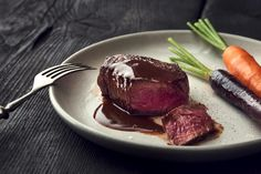 Try Angus tenderloin steak with coffee-chocolate sauce by FOOBY now. Or discover other delicious recipes from our category main dish. Steaks, Sauce Steak, Boeuf Angus, Glazed Vegetables, Chocolate Sauce Recipes, Tenderloin Steak, Beef Fillet, Food Trends, Chocolate Coffee