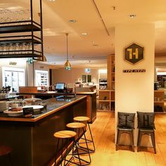 Buchenstaben en masse gibt es im neuen Markenshop des Berliner Label @typehype_berlin im Obergechoss des Kaufhaus Oberpollinger. Eine Bar lädt obendrein auf eine Kaffeepause ein. Einfach wundervoll! #typehype #munich #münchen #muenchen #cafe #laden #shopinshop #design #buchstaben #letters #bar #coffee