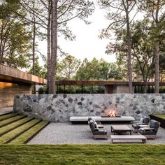 Build a unique outdoor fire pit seating using our spectacular ideas for circular, sunken & built in area designs for patio, garden & backyard. Fire Pit Seating, Backyard Seating, Backyard Patio, Nice Backyard, Cozy Patio, Outdoor Seating, Garden Architecture, Architecture Design, Residential Architecture