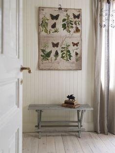 <span>Sött & nött<br>En gammal skolplansch och en gråmålad bänk passar i det gamla huset<br></span>