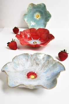 Lee Wolfe Pottery: Poppy Bowls Ive wanted to go go a pottery making place for a while now! Ceramic Poppies, Ceramic Birds, Ceramic Flowers, Ceramic Pottery, Pottery Art, Hand Built Pottery, Keramik Vase, Flower Bowl, Clay Flowers