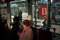 Fotografía de calle desde el interior de un autobús.