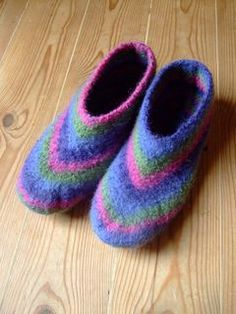 An easy felted slipper that knits up quickly. Works from the top of the ankle down and sewn up along the bottom of the foot. Knit Slippers Free Pattern, Knitted Slippers, Crochet Slippers, Knit Or Crochet, Crochet Granny, Slipper Socks, Knitting Socks, Hand Knitting, Knitting Patterns
