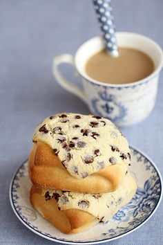 SUPER SOFT BUNS COVERED WITH CHOCOLATE CHIPS COOKIES (almond meal, butter, chocolate chips, milk, condensed milk)