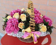 CESTO Alessandra - PatriziaB.com Meravigliosa composizione floreale di ortensie e rose in stoffa, bacche e fogliame realizzata in una calda tonalità magenta / oro