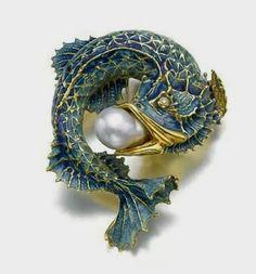 Art nouveau fish brooch. Gold, enamel, pearl. #VintageJewelry