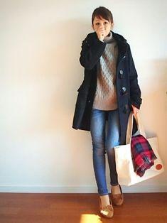 ダッフルコートの定番色といえば、やっぱりネイビー。 ざっくり編みのニットにデニムパンツを合わせたイギリスの学生風にまとめた正統派コーディネイトは、タータンチェックのストールとの相性もバッチリです! Japan Fashion, Love Fashion, Korean Fashion, Womens Fashion, Chic Outfits, Fashion Outfits, Fasion, Outfit Invierno, Winter Stil