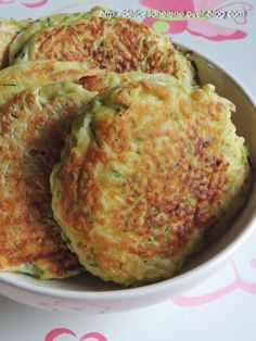 zucchini cakes For 6 to 8 cakes 1 zucchini of flour 1 sachet of baking powder of grated parmesan 3 eggs 1 tsp. Vegetarian Recipes, Snack Recipes, Cooking Recipes, Healthy Recipes, My Favorite Food, Favorite Recipes, Salty Foods, Baguette, Coco
