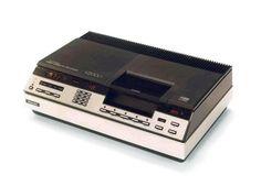 Video 2000: Der Krieg der Videokassettenformate    Eine Besonderheit von Video 2000 war, dass man die Kassetten drehen und somit doppelseitig bespielen konnte. Mit der Longplay-Funktion ließen sich bis zu 16 Stunden Film- und Fernsehunterhaltung festhalten. Ideal für extralange Videoabende.       Doch dieses Argument war wohl zu schwach, um Video 2000 zum Durchbruch zu verhelfen. Das Konzept von Grundig und Philips verlor in den frühen Achtzigern zusammen mit Betamax von Sony den…