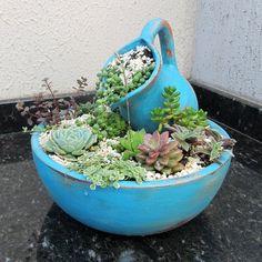 Vaso com jarro provençal e suculentas. À venda em nossa loja virtual. #terrario #terracotapots #vasodeceramica #suculentas #succulent